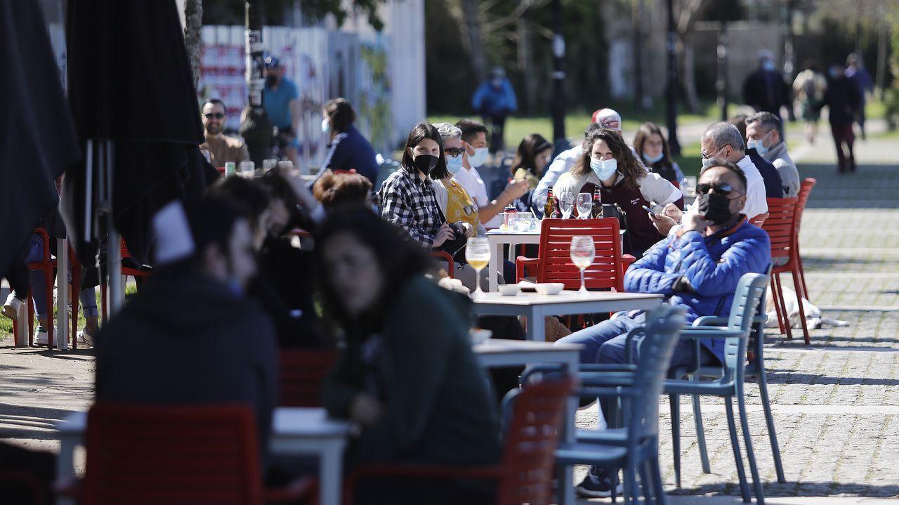 Sol y terrazas por el Día del Padre en Vigo.Aspirantes accediendo a las pruebas del mir en la Facultade de Económicas del Campus Universitario de Vigo, que fue elegido como una de las sedes para la realización de la prueba tras 42 años sin acogerlas