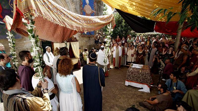 Búscate en la Festa da Istoria.Representación de «Edipo Rey» de Sofocles SV Producciones (izquierda) y el público que asistió al auditorio Gustavo Freire.
