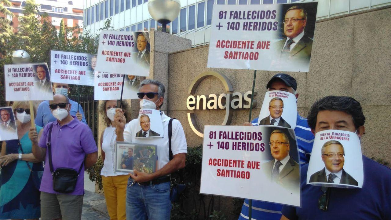 Homenaje a las víctimas del accidente de tren de Angrois.La protesta de las víctimas del Alvia ante Enagás