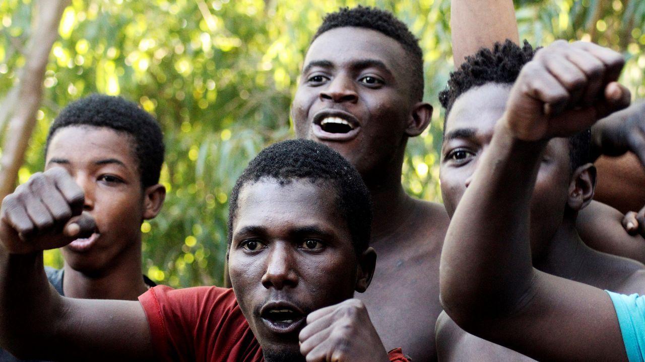 Migrantes celebran haber logrado llegar a Ceuta