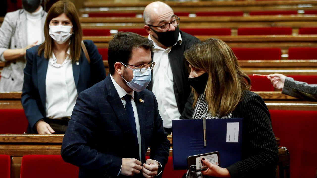 El vicepresidente de la Generalitat en funciones de presidente, Pere Aragonès, conversa con la consejera de Presidencia, Meritxell Budó en el Parlamento catalán