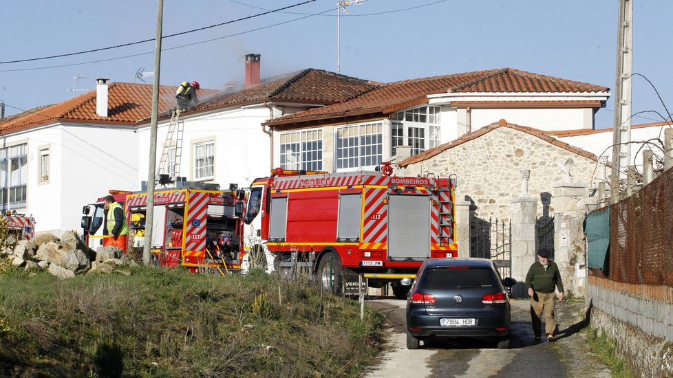 Fotografía de una intervención de los bomberos en un incendio de una casa en Sober en febrero del año pasado