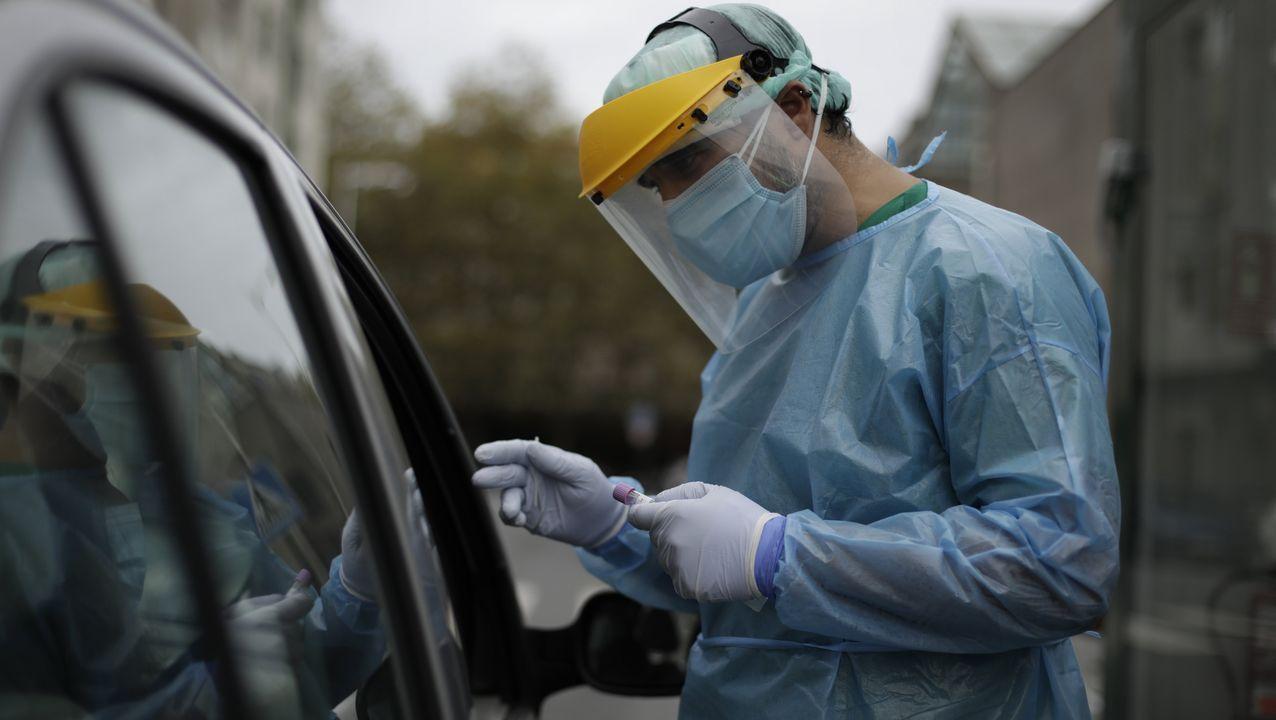Prueba PCR del coronavirus en el autocovid del Ventorrillo, en A Coruña