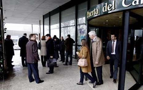 Un grupo de accionistas, saliendo de la junta extraordinaria en un hotel de Santiago.