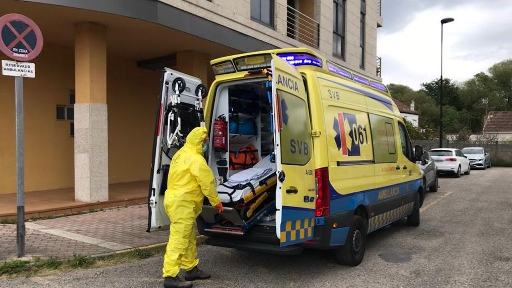 Navia y Samil en tiempos de coronavirus.Un sanitario realiza una prueba de coronavirus en el hospital Meixoeiro de Vigo