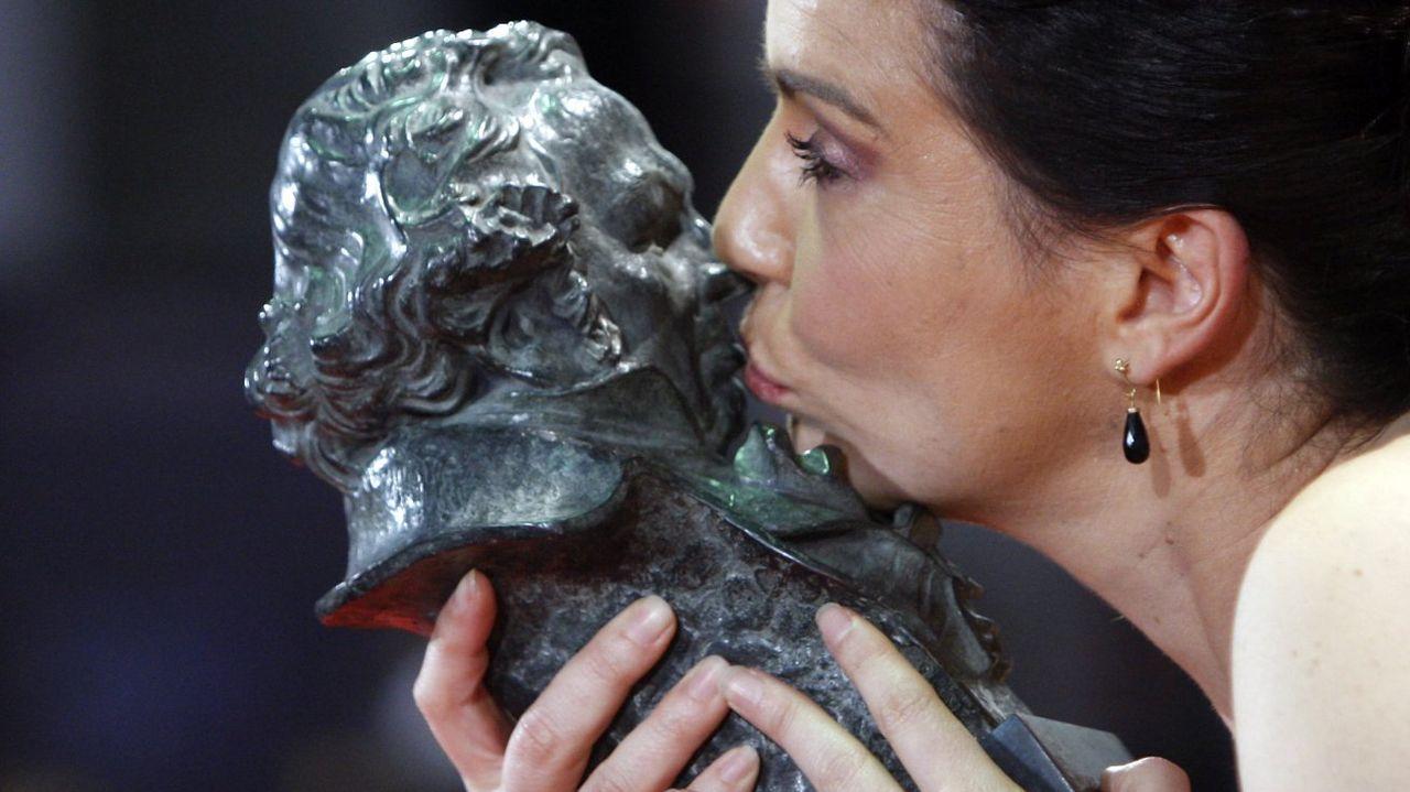 Dúo Dinámico.Laia Marull besando el Goya en la gala del 2011