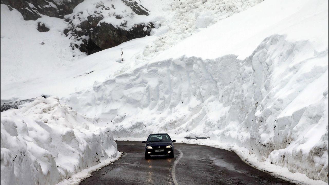 Nieve en Asturias en el mes de junio.La carretera del puerto asturiano de San Isidro bajo la nieve
