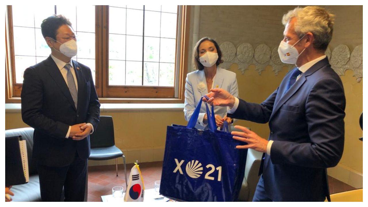 El vicepresidente Alfonso Rueda, entregando un regalo al ministro de Turismo de Corea del Sur en presencia de la ministra de Industria
