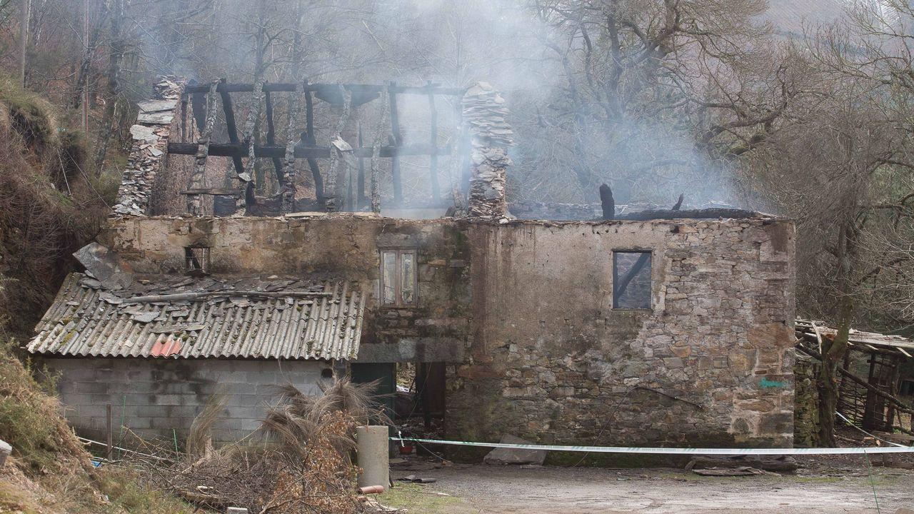 Un incendio calcinó la casa donde vivían seis personas en Baralla.Luis y Kelly delante de la casa, a la que volvieron ayer para asegurarse de que los animales estaban bien