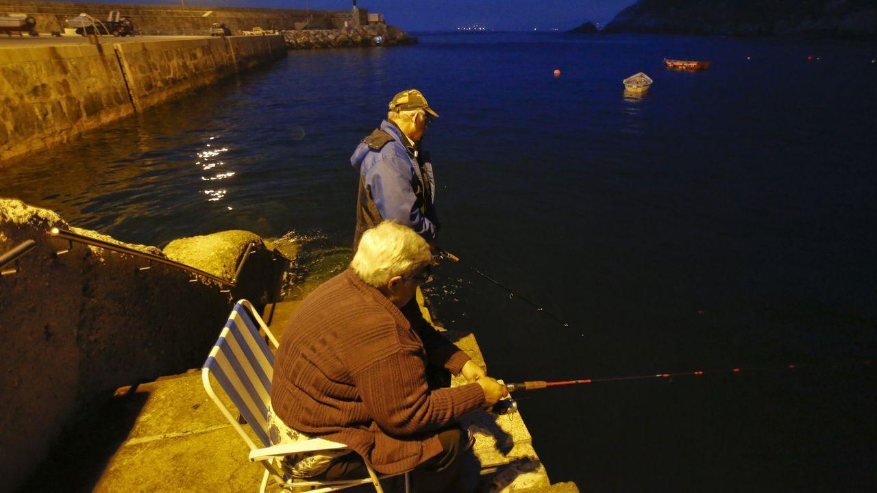 salmón, pescador, campanu, pesca.Un pescador aficionado, ayer en el entorno de la Torre de Hércules de A Coruña