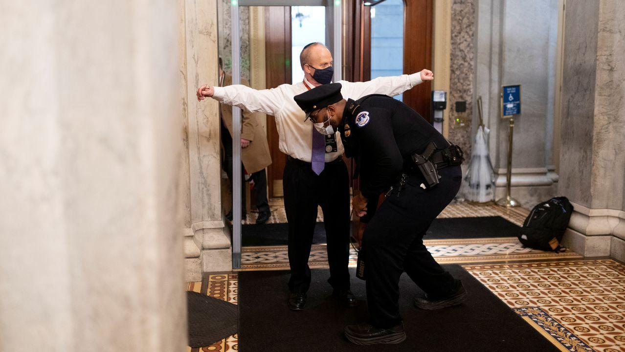 Like a Virgin, de Madonna, versionado por Stoned at Pompeii.David Schoen, abogado de Trump, es cacheado al entrar en el Capitolio