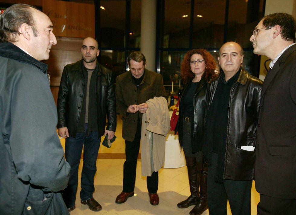 El alcalde, Evencio Ferrero, con Luis Tosar y algunos de los demás intérpretes de la película dirigida por Manuel Gutiérrez Aragón, el día del preestreno en Carballo