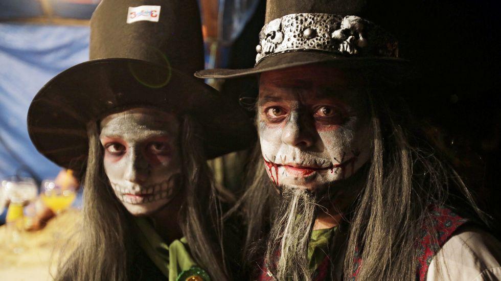 Dos vecinos de Maceda disfrazados en la edición del año pasado del Pobo Fantasma de Chaioso