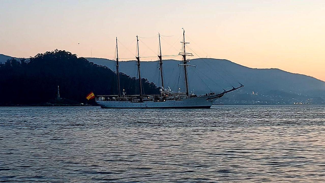 La entrada del buque en la Escuela Naval coincidió con la pleamar, a las 7.51 horas de este domingo