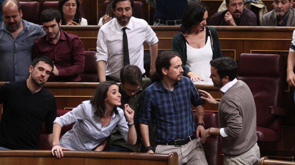La lista de Iglesias se impone y revalida su liderazgo en Podemos.Errejón, en una imagen de archivo rodeado de Espinar, Montero, Iglesias, Garzón y Rafa Mayoral.