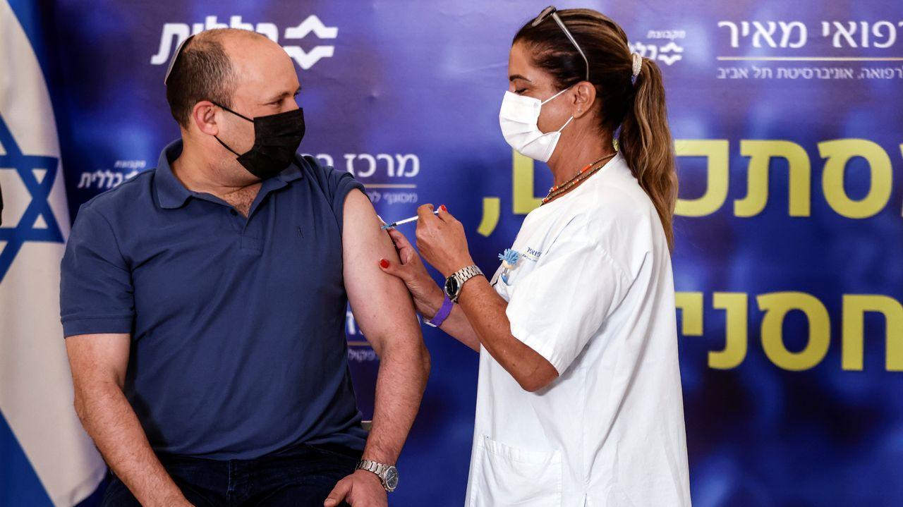 Un operario fumiga la margen del río Guadalquivir a su paso por Puebla del Río, en Sevilla.El primer ministro de Israel recibe la tercera dosis de la vacuna