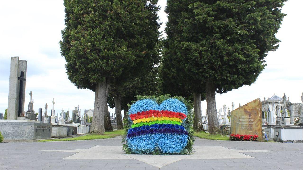Las ciudades asturianas se engalanan para celebrar el Orgullo.Homenaje del Concello en el cementerio a la comunidad LGTB
