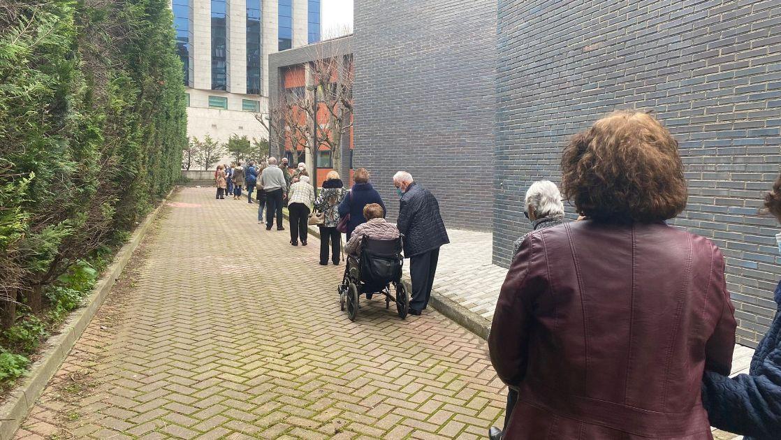 Largas colas para vacunación de personas mayores de 80 años y dependientes en el centro de salud El Parque-Somió de Gijón.