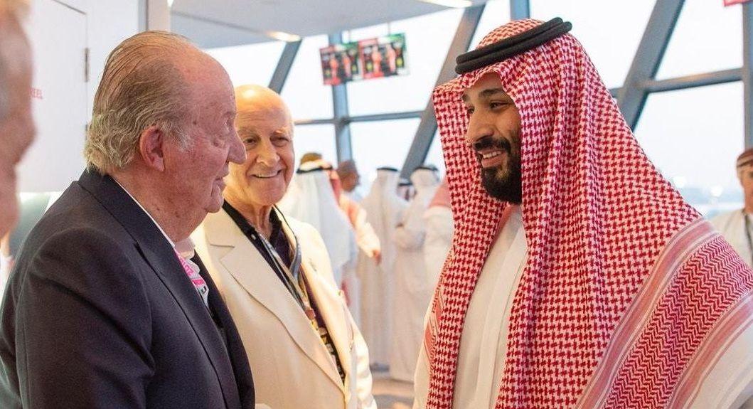 En noviembre del 2018, Juan Carlos I y Mohamed bin Salman, príncipe heredero de Arabia Saudí coincidieron en el gran premio de Abu Dabi. El emérito se dejo fotografiar sonriente con el hombre señalado por ser el instigador del brutal asesinato del disidente Jamal Khashoggi