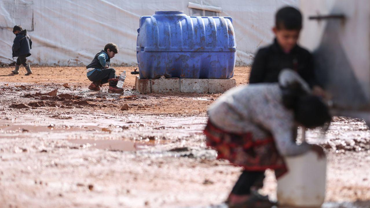 Varios niños en un campo de desplazados de la región de Idlib
