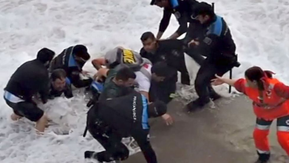 Cadena humana para rescatar al joven de la playa del Orzán