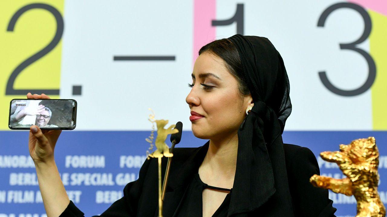 La actriz Baran Rasoulof, hija del cineasta iraní Mohammad Rasoulof, ganador del Oso de Oro al mejor filme por «There is no evil» conecta a su padre, retenido en su país, a través del teléfono móvil durante la rueda de prensa del palmarés de la 70.ª Berlinale