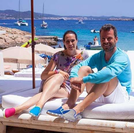 Susana Roig y Pedro Porto, con algunos de los modelos de su marca.