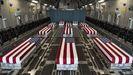 Los ataúdes de los 11 soldados estadounidenses muertos en Kabul llegando a Dover en un avión C-17.