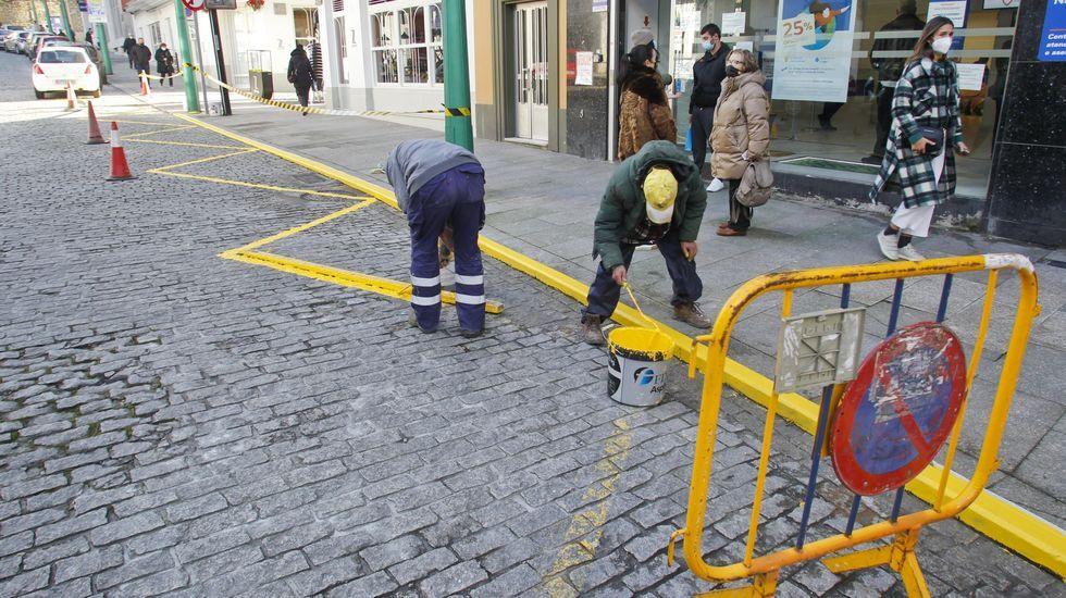 Operarios de la cuadrilla municipal repintando en enero las marcas viales de la plaza del Callao