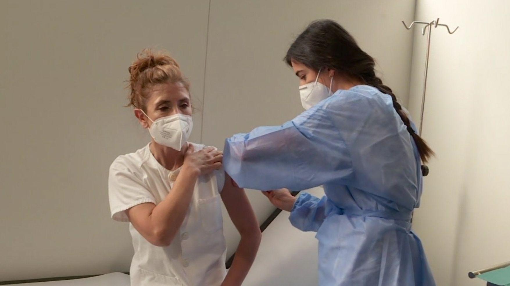 Comienza la vacunación de sanitarios en Asturias.Atardecer en Oviedo