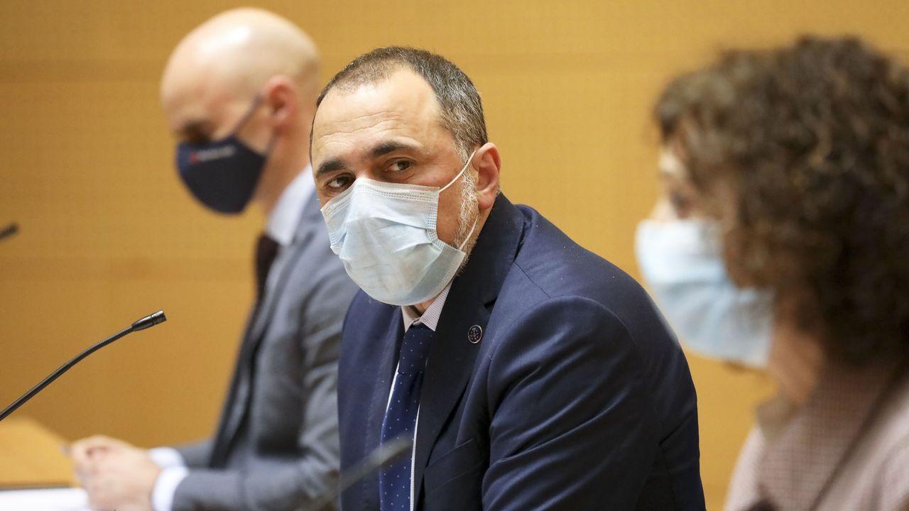 En directo | Comparecencia del conselleiro de Sanidade tras la reunión del comité clínico.Una cafetería de A Coruña cerrando a las 18.00 horas