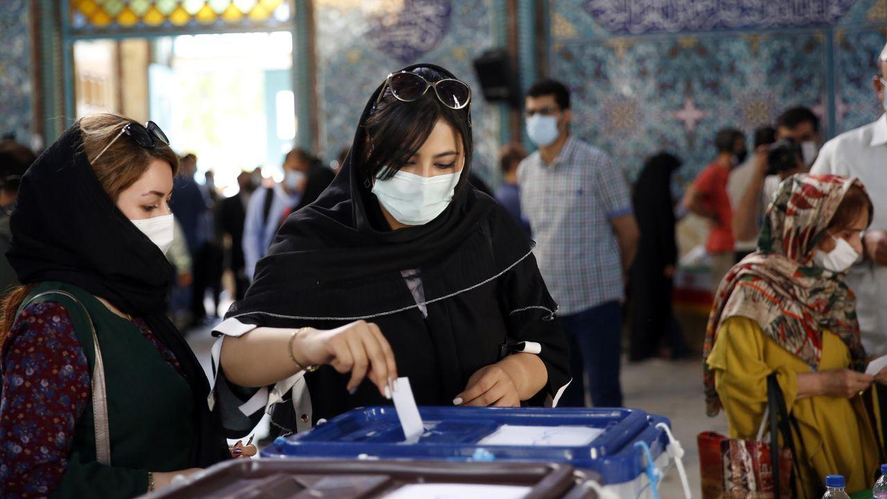Dos mujeres votando, este viernes, en un colegio electoral de Teherán