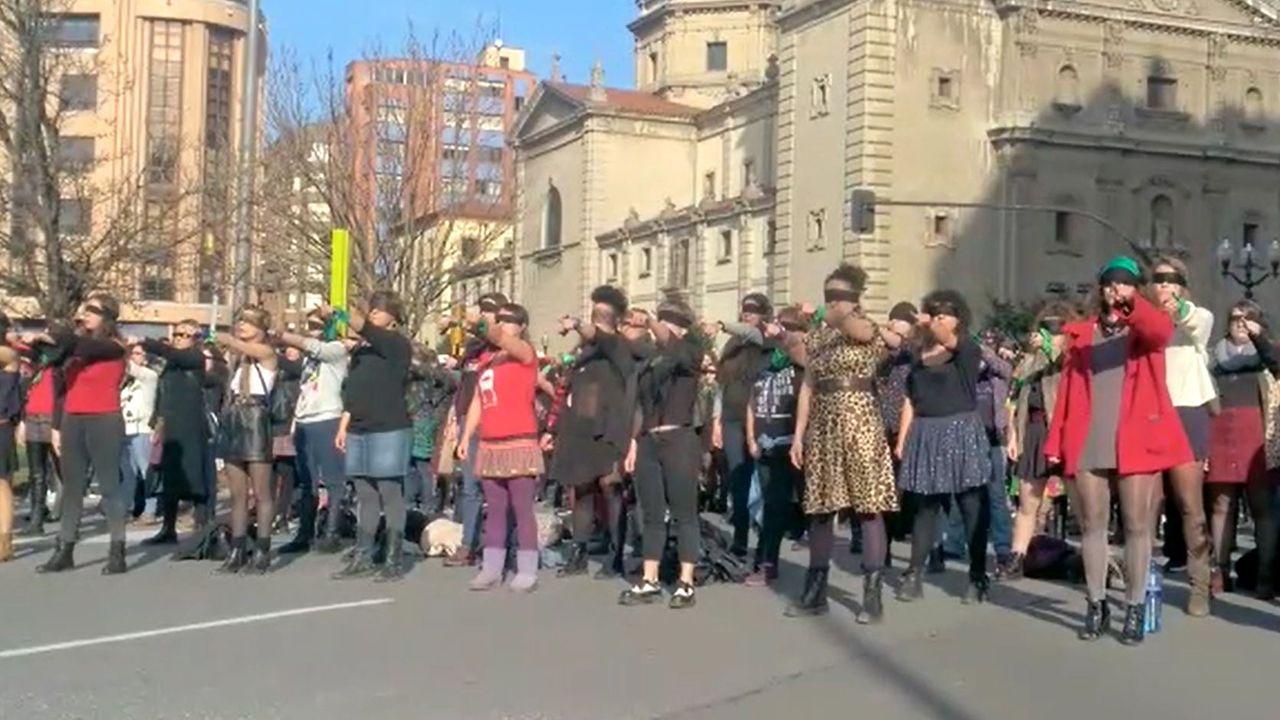 Centenares de personas para participar en la versión asturiana de «Un violador en el camino».Monumento a Pelayo en Gijón