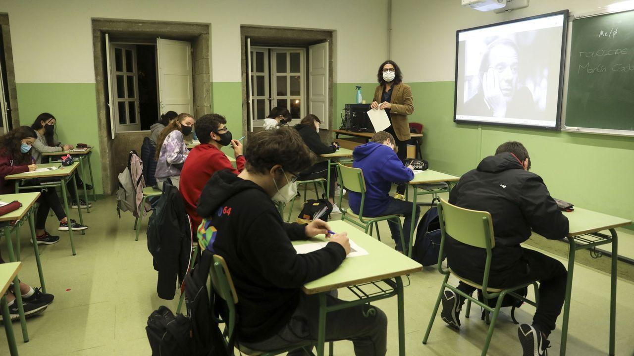 Imagen de archivo de una clase de filosofía en el IES Rosalía de Castro de Santiago, con las ventanas abiertas