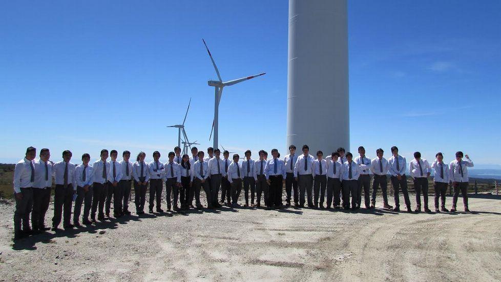 JEALSA. Visita de alumnos del Instituto del Mar de la Comuna de Conchi al parque eólico San Pedro, en Chile, con el que colabora Jealsa.