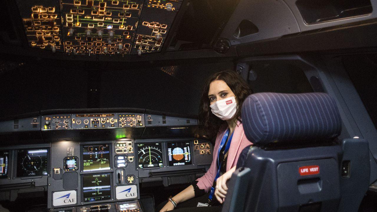 La presidenta de la Comunidad de Madrid, Isabel Díaz Ayuso, posa este lunes en una cabina durante la presentación del avión de la compañía Iberia con la imagen de la Comunidad de Madrid,