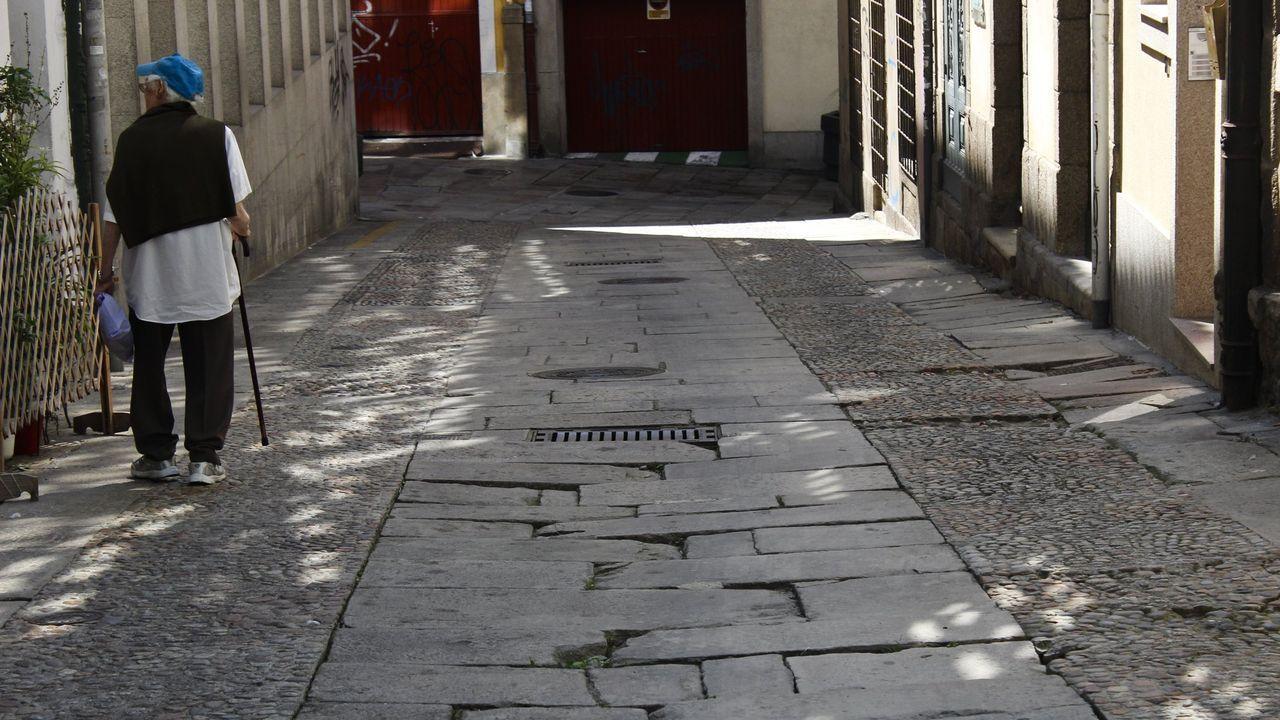 Marcha por la diabetes en A Coruña.Situación de peatonalización dos meses después de su entrada en vigor en la Ciudad Vieja. Socavones, desniveles y losetas destrozadas y hundidas en Calle de la Cortaduría.