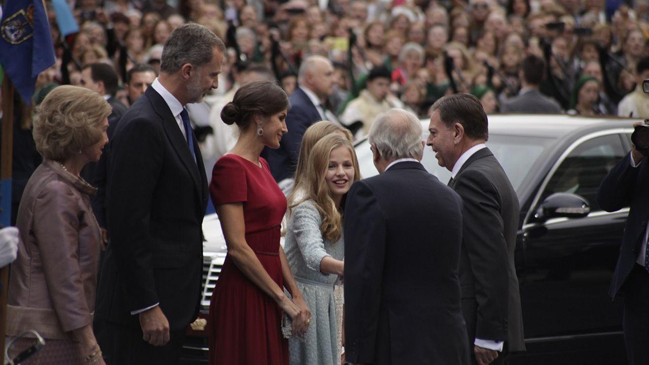 Los reyes y la princesa Leonor saludan a las autoridades a su llegada al Teatro Campoamor