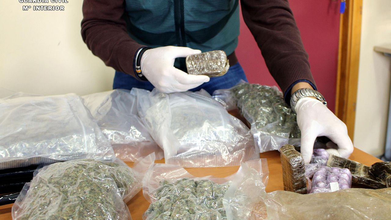 Detenidos 69 miembros de varios clanes por venta drogas y peleas de gallos.Tres de las cartas de emigrantes que se recuperan en la publicación «Voces de la ausencia»