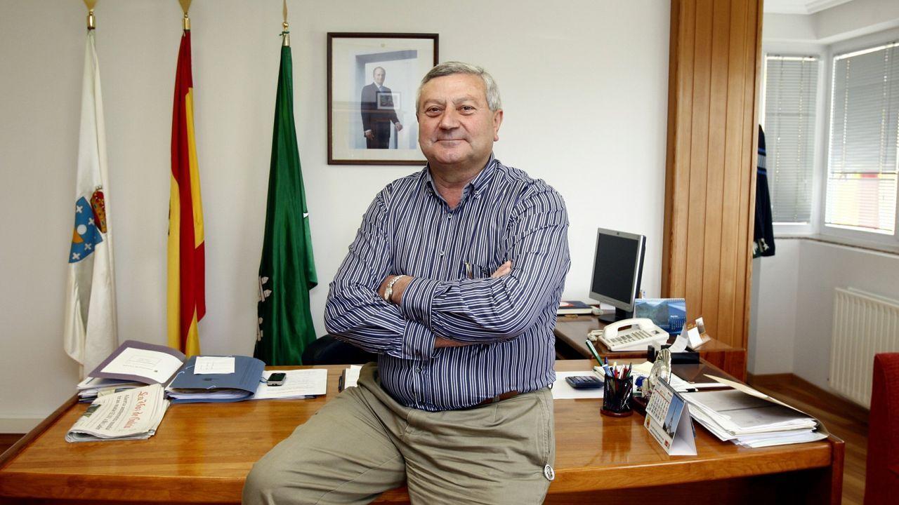 Protección Civil de Santiago celebra su 25 aniversario.José Dafonte, exalcalde del PP de Trazo, en el despacho que tenía en el Concello