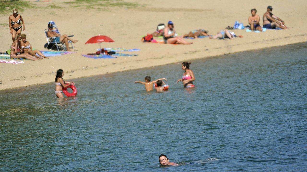 Gente bañándose en 2014 en la playa de Barallobre, en Fene, que suma cinco temporadas consecutivas de clasificación sanitaria del agua no apta para el baño. En julio de ese año se produjo un vertido de aguas residuales