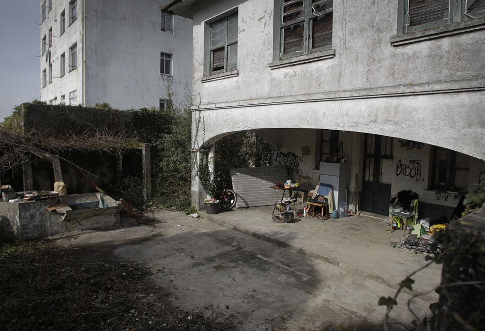 Los ocupantes de la finca guardan sus enseres en el porche posterior de la casa.