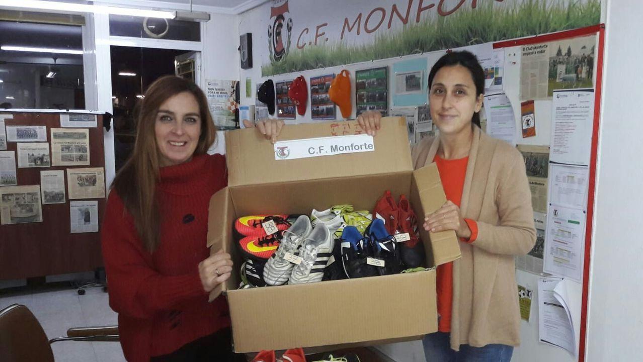 Directivas del CF Monforte con un lote de calzado deportivo que enviaron el pasado año a Santo Tomé