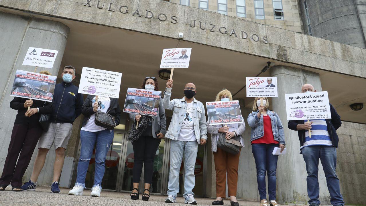 Homenaje a las víctimas del accidente de tren de Angrois.Una representación de las víctimas del accidente, en los juzgados de Santiago
