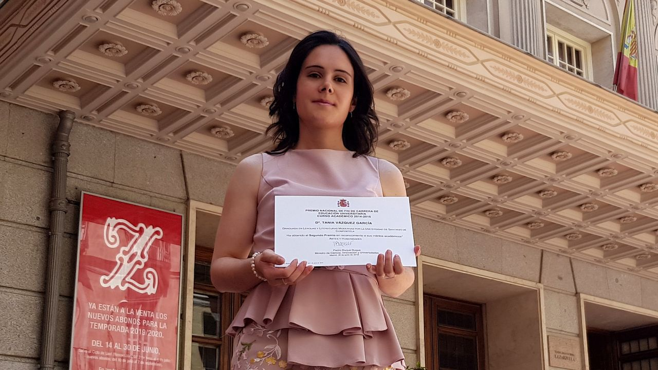 Tania Vázquez despois de recoller o premio que lle foi entregado onte en Madrid