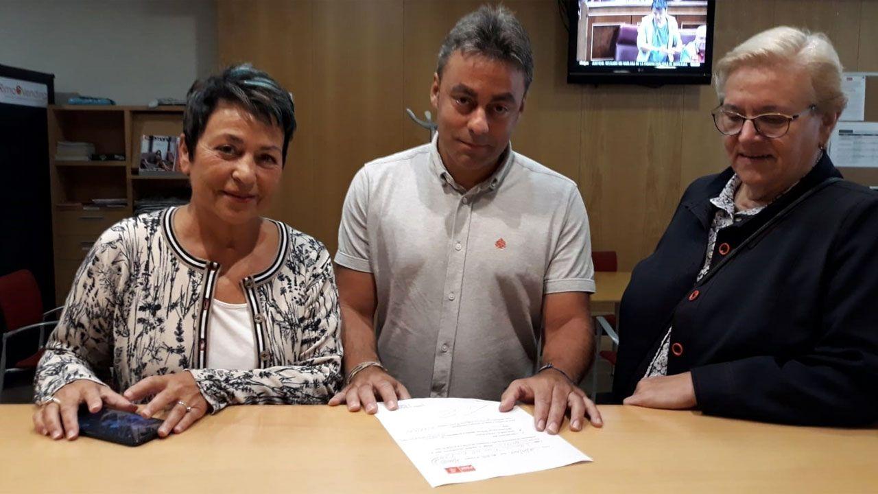 José Ramón Tuero, entre Pilar Pintos y Leonides Noval, en el momento de presentar su candidatura a las primarias del PSOE gijonés