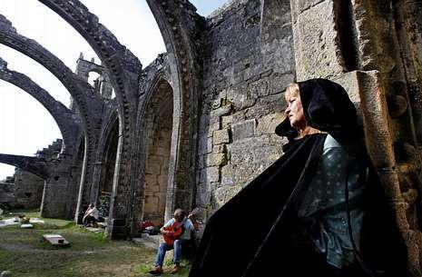 Una de las actrices, ayer durante el ensayo celebrado en las ruinas de Santa Mariña.