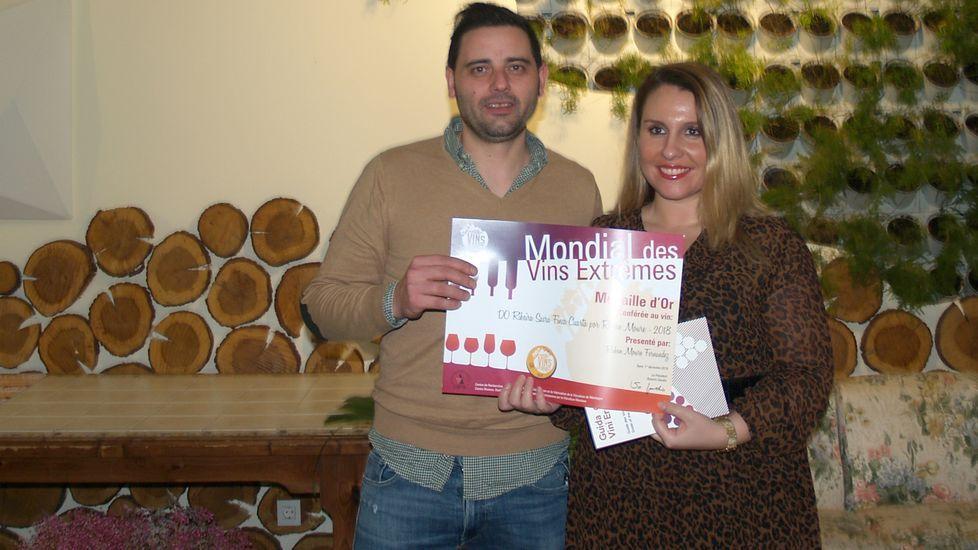 Rubén Moure recoge el diploma acredidativo del premio que obtuvo en el concurso del Cervim