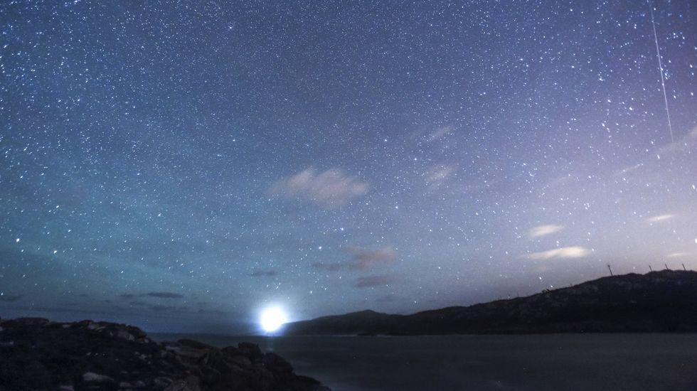 ¿Cómo ver las Perseidas?.Un rayo de la tormenta de anteanoche sobre la ciudad de Viveiro, en la noche de las Perseidas.