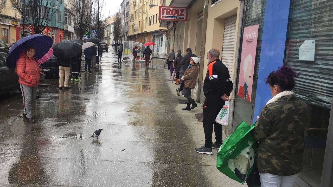 Policias, bomberos y guardias civiles de Monforte acuden a la entrada del hospital comarcal para participar en el aplauso a los sanitarios que teabajan durante la crisis del coronavirus.Mucha gente espera para acceder a un supermercado de Canido